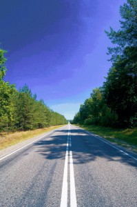 endlose Strasse durch den Wald Belarus Weissrussland