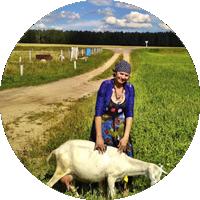 Natalia mit der Ziege in Belarus Weißrussland
