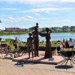 Denkmal für die Institution Familie, im Hintergrund der See Kogalnoe Glubokoje Belarus Weißrussland