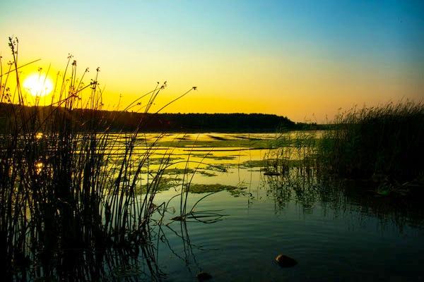 Romantischer Sonnenuntergang über dem See Belarus Weißrussland