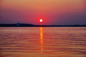 Roter Sonnenuntergang über dem See Berlarus Weißrussland