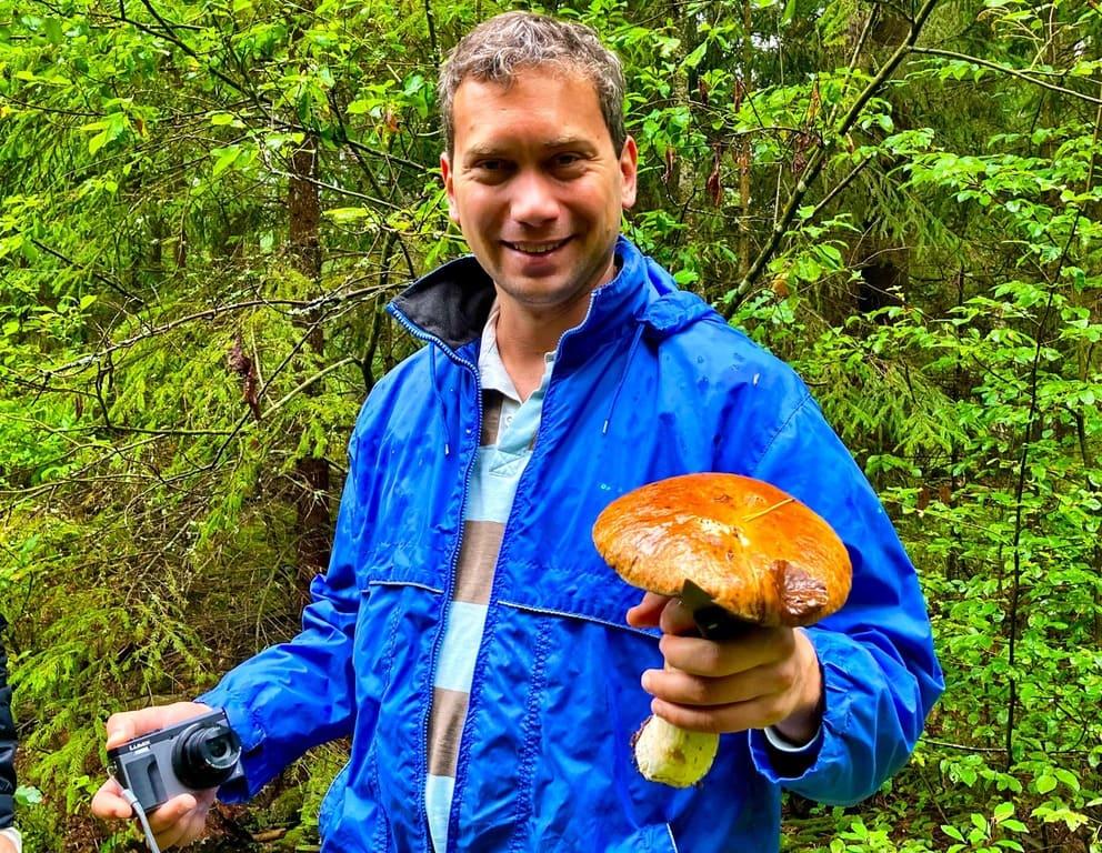 deutscher Tourist mit dem großen Pilz Belarus Weißrussland